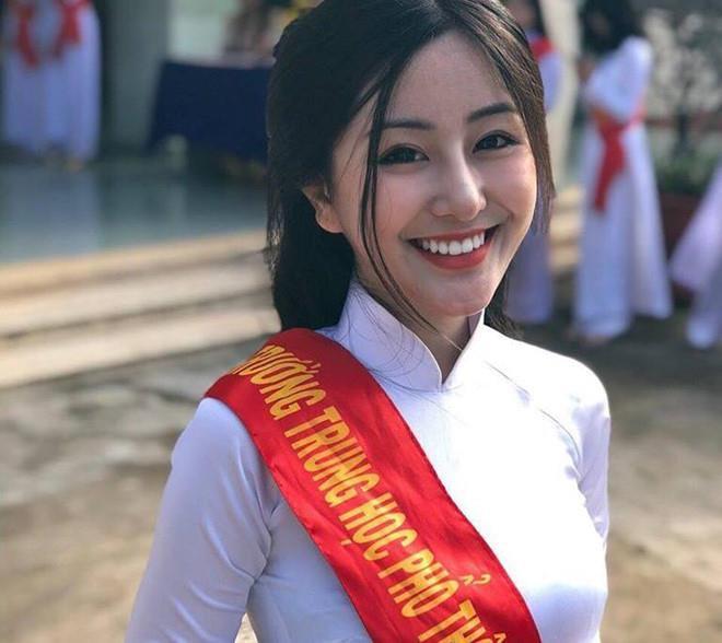 """Võ Ngọc Trân (sinh năm 2001) được dân mạng biết đến từ khi còn học lớp 10 trường THPT Bình Hưng Hòa, TP.HCM. Cô từng xuất hiện trên báo Trung Quốc, Hàn Quốc với biệt danh """"nữ sinh thiên thần""""."""
