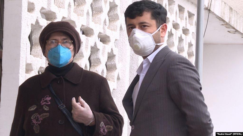 người dân Tajikistan đeo khẩu trang trước khi Chính phủ công bố những ca nhiễm bệnh đầu tiên của nước này.