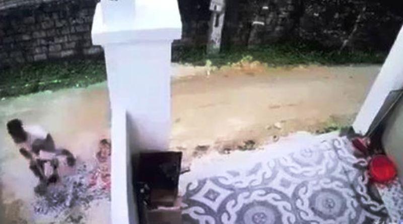 Trước đó, sự việc xảy ra vào khoảng 8h sáng ngày 22/4 trên địa bàn phường Quỳnh Phương, thị xã Hoàng Mai, Nghệ An. Trong ảnh: Camera người dân quay được hình ảnh tài xế Vinh bế nạn nhân đi giấu và xóa hiện trường vụ tai nạn. (ảnh: cắt từ clip)