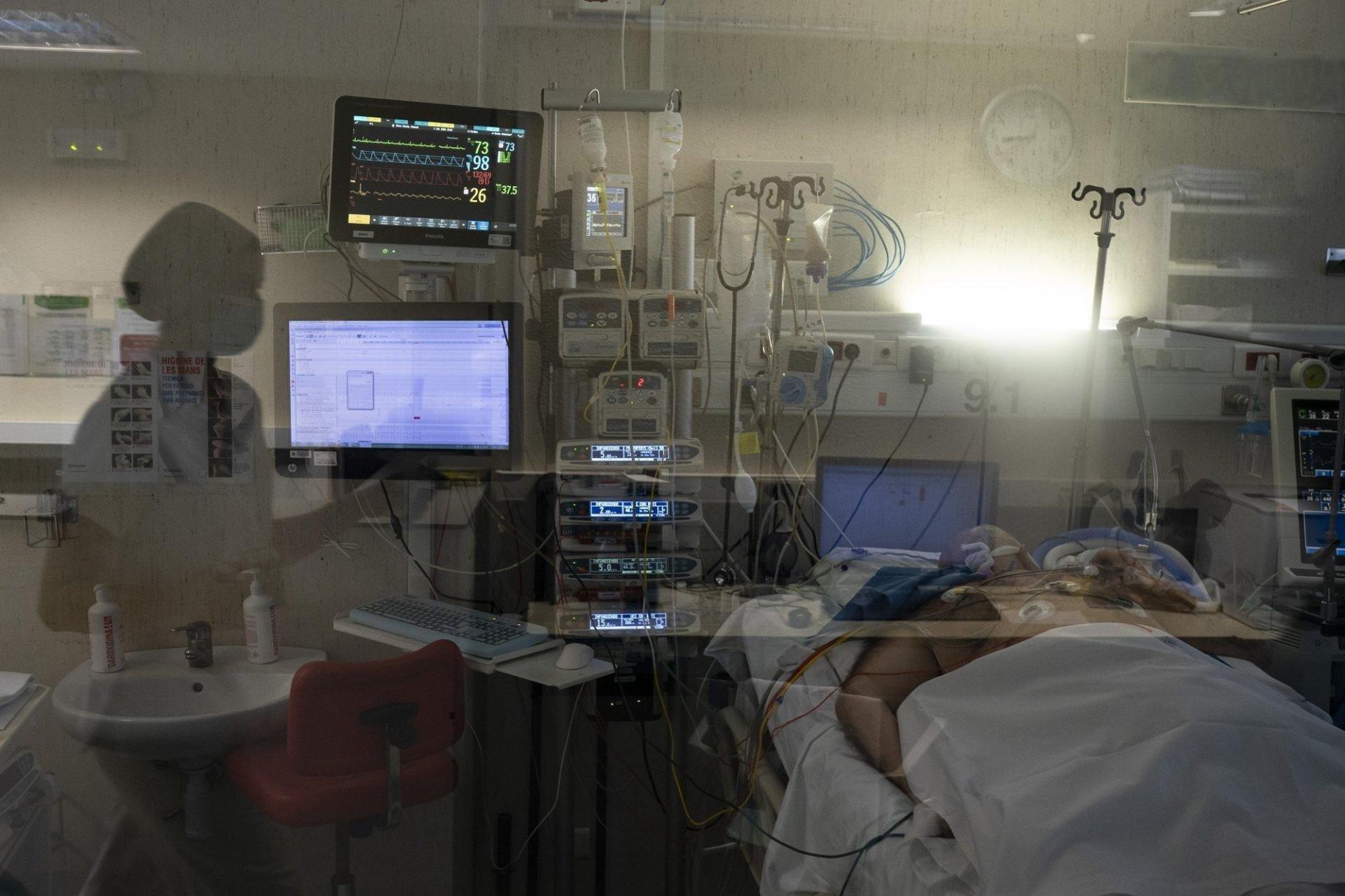 Bệnh nhân khác đang được điều trị trong phòng áp lực âm.
