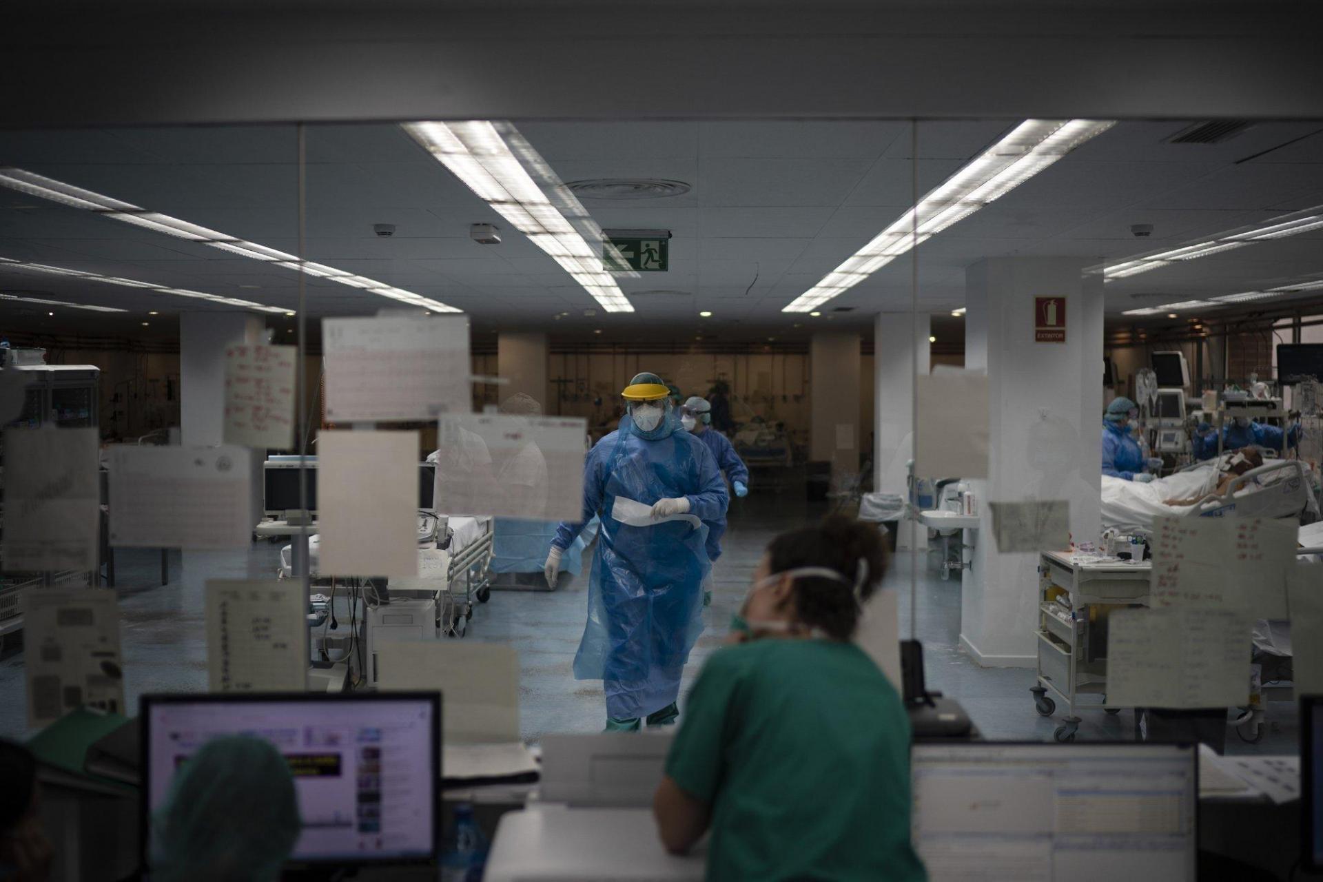 Nhân viên y tế đi dọc hành lang của ICU bệnh viện Germans Trias i Pujol hôm 1/4.