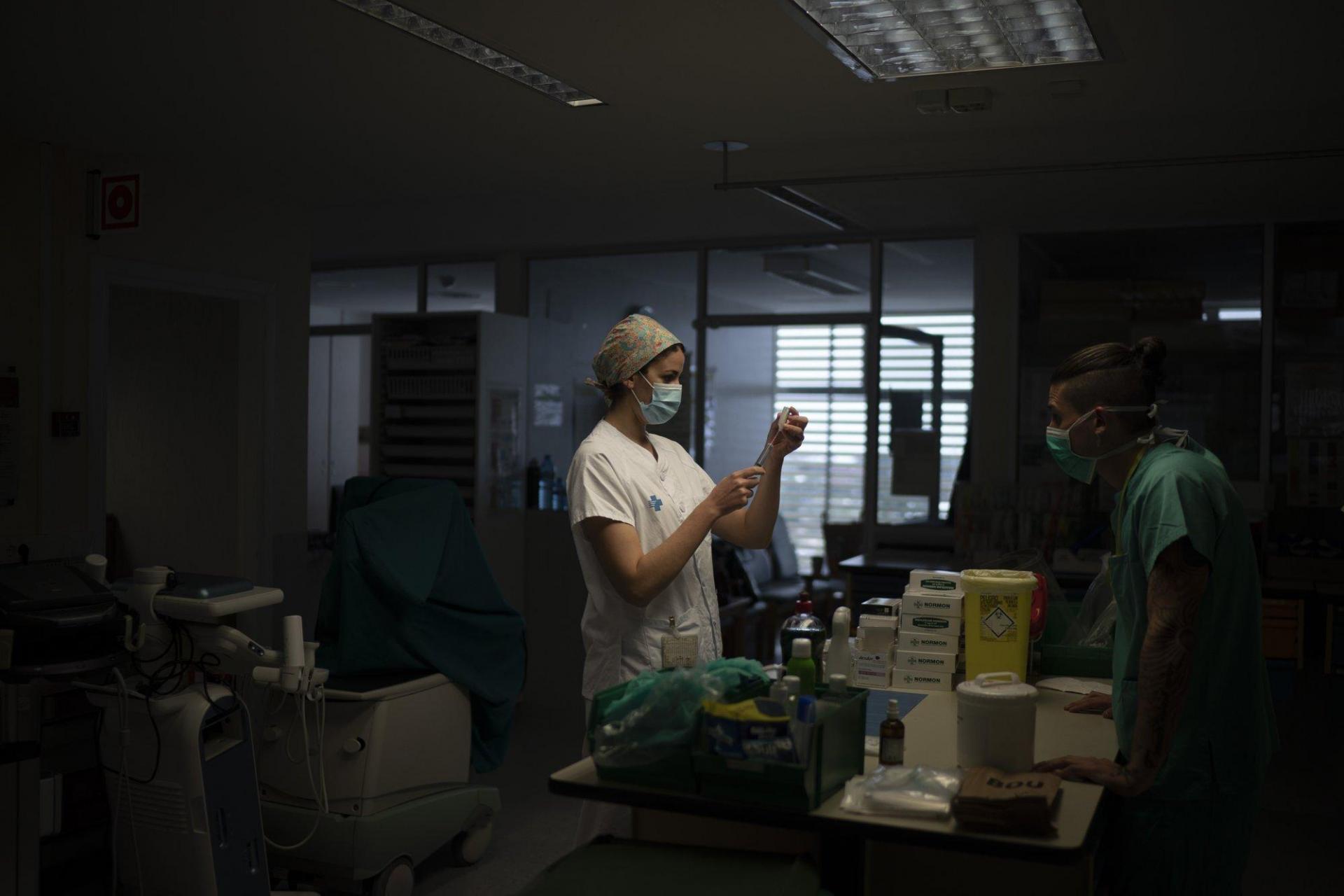 Một nhân viên y tế đang chuẩn bị thuốc cho bệnh nhân Covid-19 tại khu cách ly.