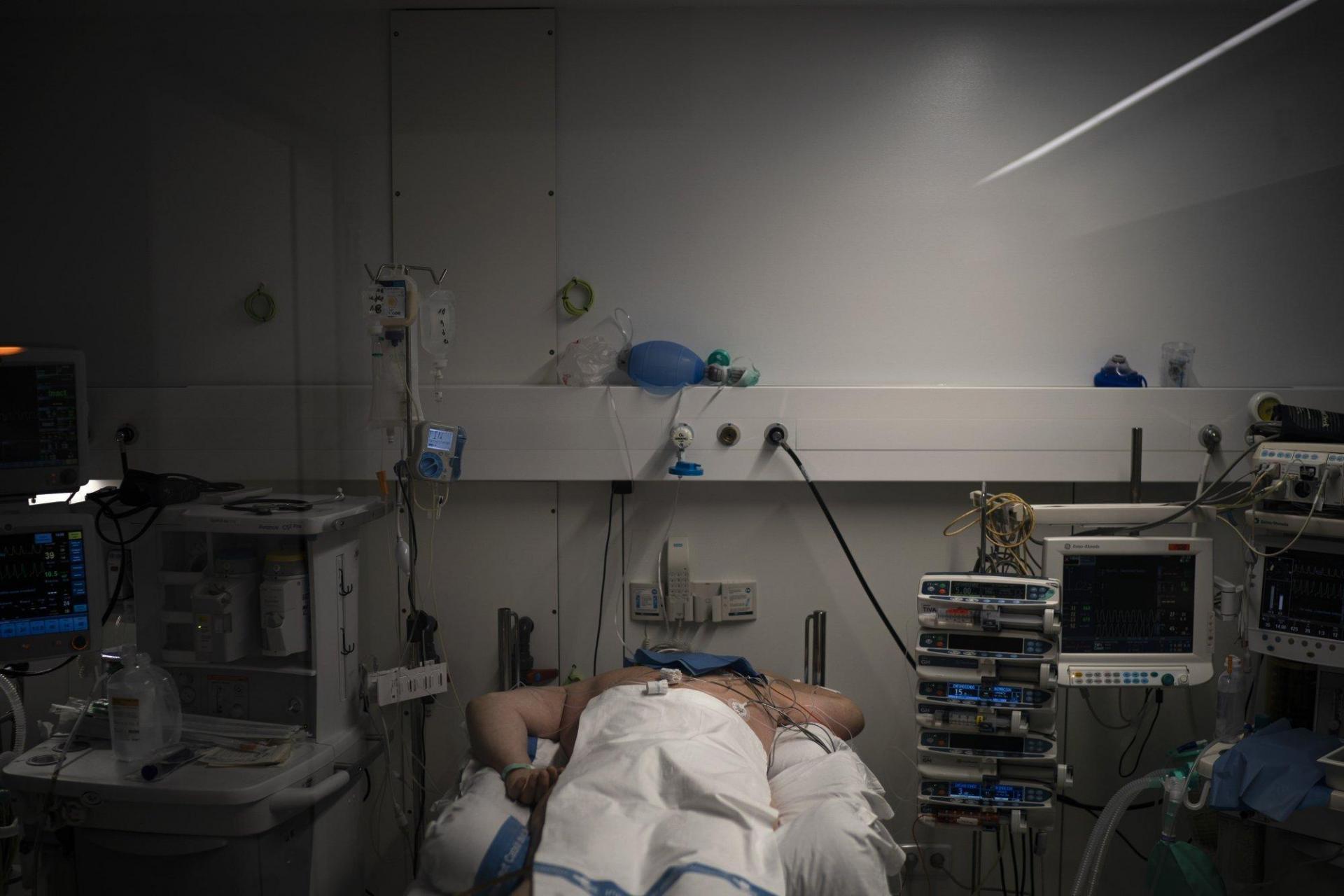 Hầu hết bệnh nhân đươc đặt nội khí quản và sử dụng máy thở. Một số người nằm sấp để giảm áp lực lên phổi.