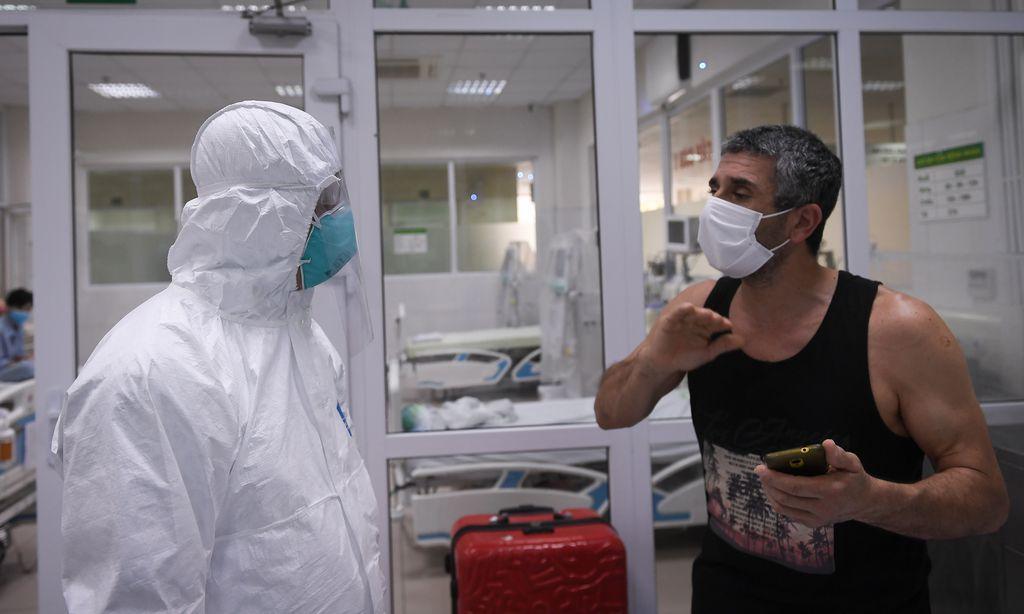 Thứ trưởng Nguyễn Trường Sơn trò chuyện với bệnh nhân mắc COVID-19 điều trị tại Bệnh viện Bệnh Nhiệt đới Trung ương
