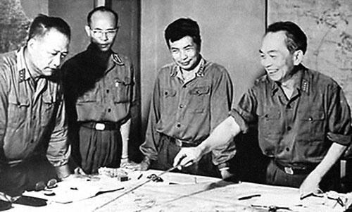 Đại tướng Võ Nguyên Giáp và các tướng lĩnh tại Tổng hành dinh trong ngày toàn thắng. Ảnh tư liệu.
