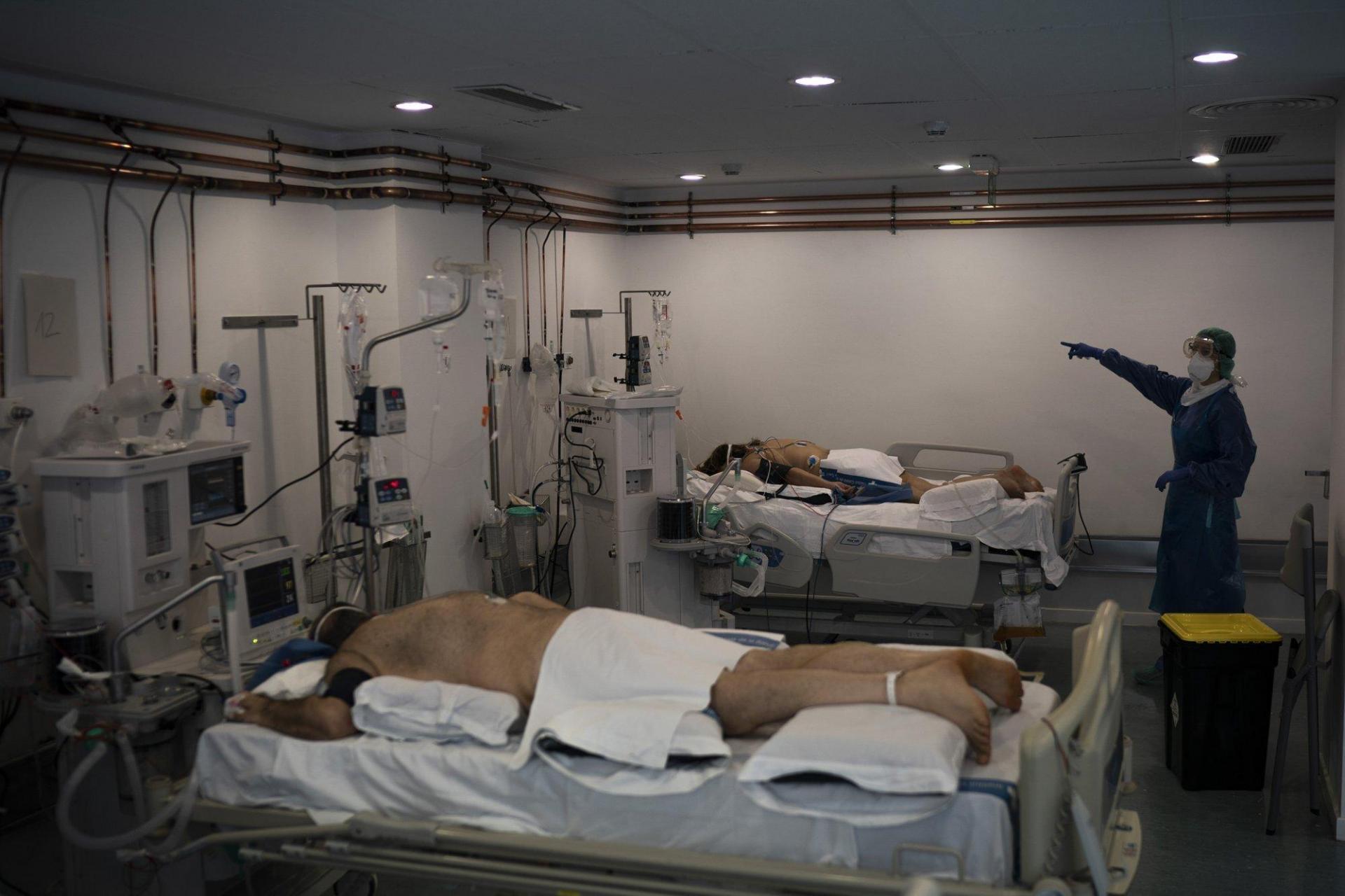 Một bác sĩ ra hiệu cho đồng nghiệp bên trong ICU ngày 1/4.