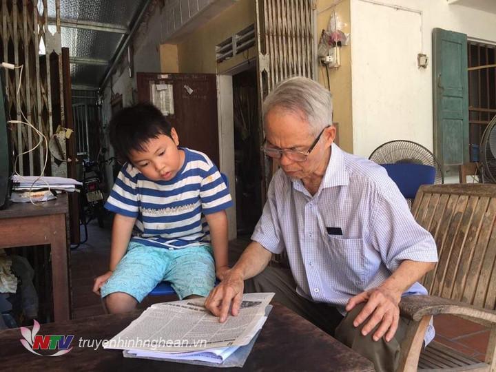 Cựu chiến binh Nguyễn Duy Đào cùng cháu ôn lại những ký ức hào hùng về ngày chiến thắng 30/4/1975.