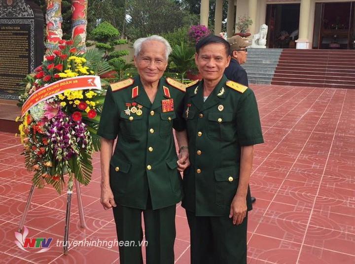 Cựu chiến binh Trần Văn Chương chụp ảnh cùng Trung tướng Nguyễn Quốc Thước nhân dịp trở lại thăm chiến trường xưa.