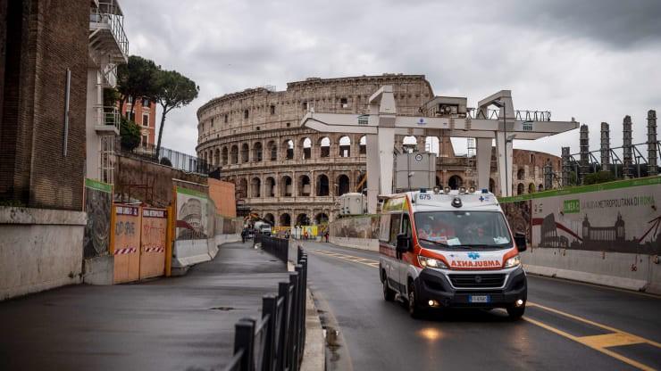 Một xe cấp xứu ở Rome, Italy ngày 21/4. Ảnh: Getty