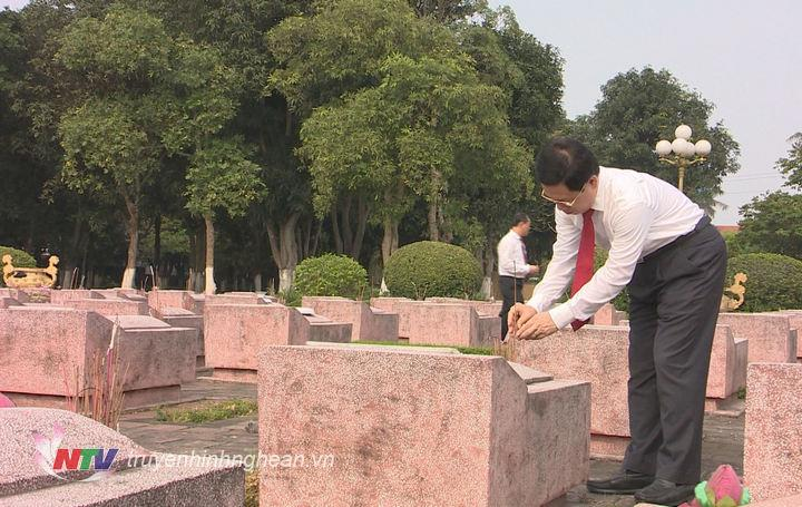 Chủ tịch HĐND tỉnh Nguyễn Xuân Sơn thắp hương tại các phần mộ liệt sỹ.