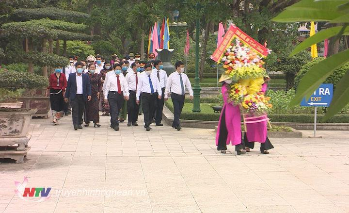 Lãnh đạo tỉnh về dâng hoa, dâng hương tại Khu Di tích Kim Liên