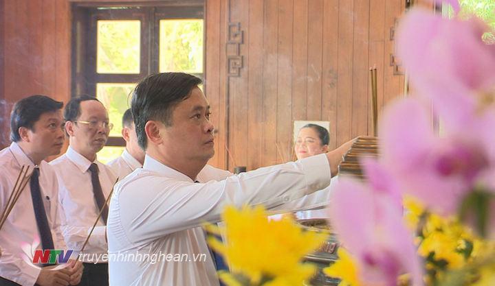 Bí thư Tỉnh ủy Thái Thanh Quý dâng nén hương thơm tưởng nhớ Chru tịch Hồ Chí Minh