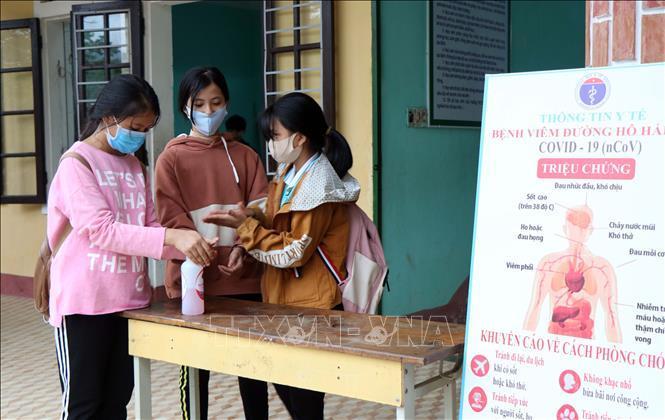 Học sinh Trường trung học cơ sở Lê Lợi, huyện A Lưới, Thừa Thiên - Huế rửa tay bằng dung dịch sát khuẩn để phòng chống dịch COVID-19.