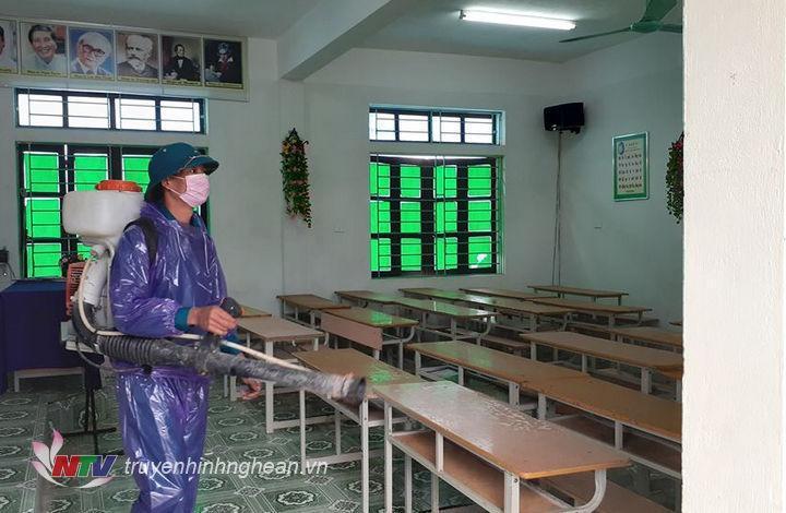Các địa phương triển khai phun khử khuẩn, tổng vệ sinh trường lớp để đón học sinh trở lại sau thời gian nghỉ học để phòng, chống dịch Covid-19.