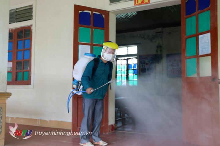 Phun khử khuẩn tại Trường Tiểu học xã Đặng Sơn, Đô Lương.
