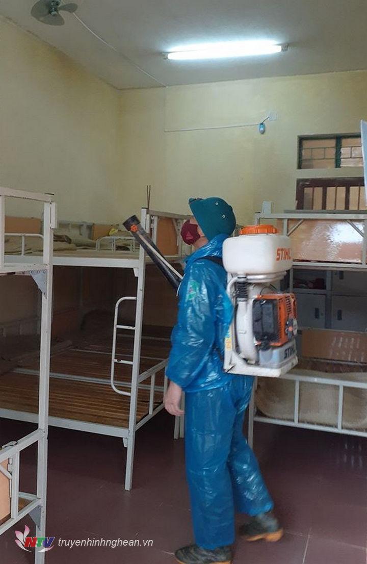 Phun khử khuận lớp học tại huyện Nghĩa Đàn.