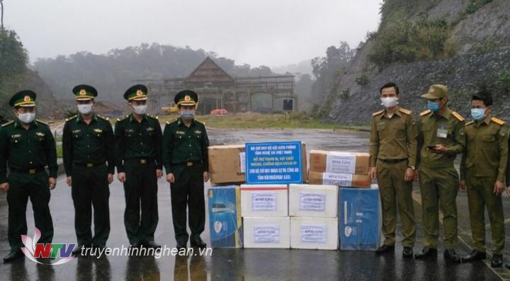 Đại diện BĐBP Nghệ An tặng quà cho các lực lượng bảo vệ biên giới tỉnh Bô ly Khăm xây, CHDCND Lào.