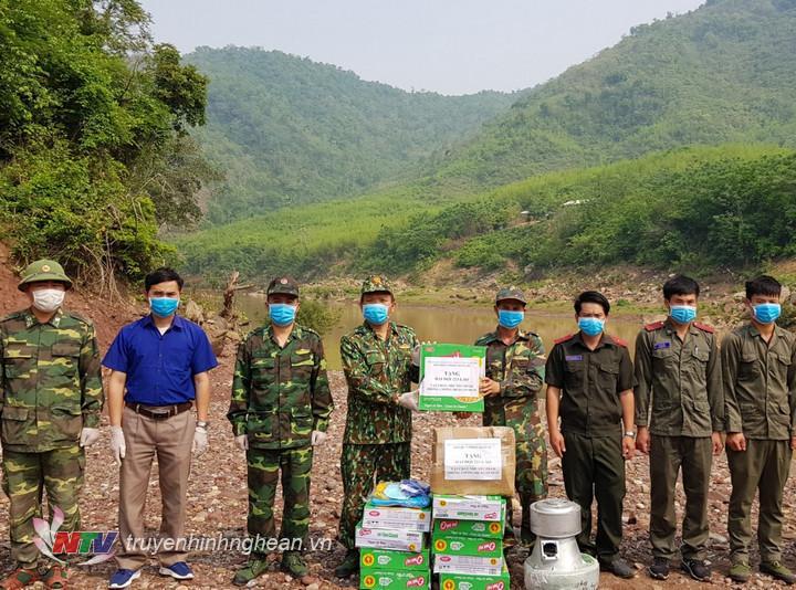 Đại diện đồn BP Keng Đu và địa phương tặng quà cho Đại đội 223