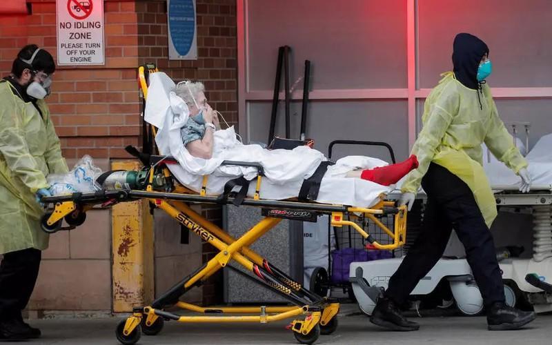 Bệnh nhân Covid-19 trên cáng ở New York, Mỹ. Ảnh: Reuters.