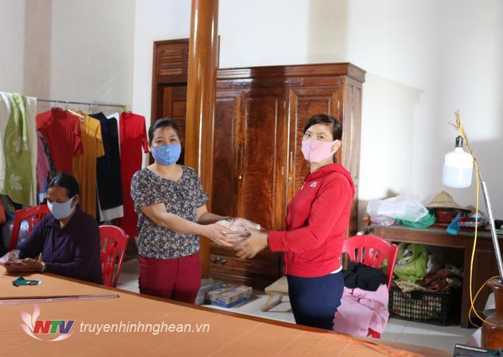 Chị Lê Thị Vỹ trao tặng khẩu trang cho Hội LHPN xã Thượng Tân.