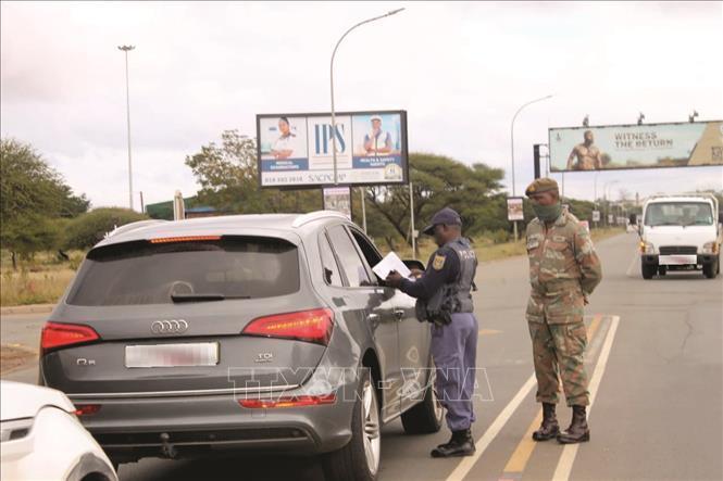 Các lực lượng chức năng kiểm tra phương tiện giao thông trong thời gian áp dụng lệnh phong tỏa.