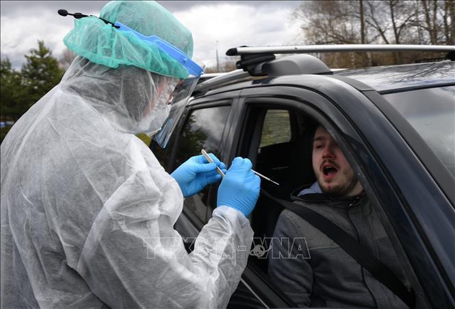 Nhân viên y tế lấy mẫu xét nghiệm COVID-19 tại Moskva, Nga, ngày 17/4/2020.