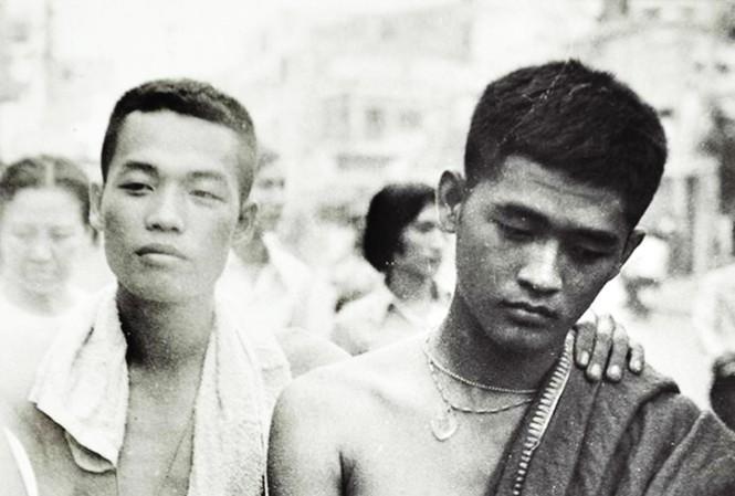 10h sáng ngày 30/4, những người lính Sài Gòn đang bước đi thất thểu. Vài người cởi áo lính, ở trần .