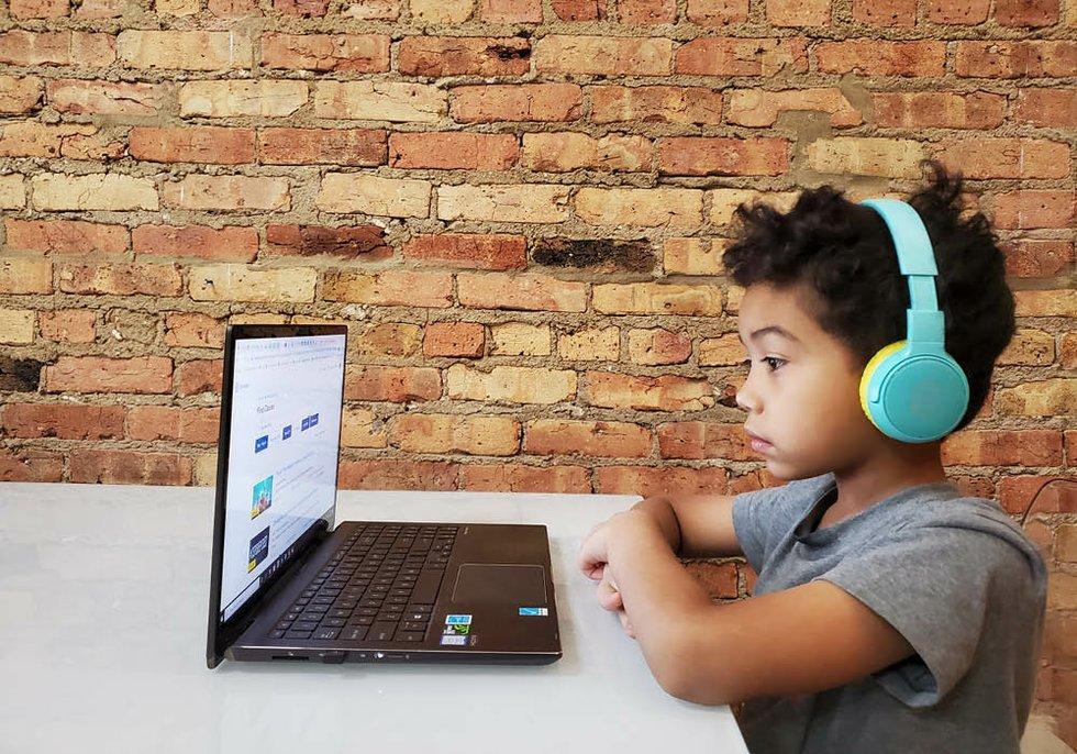 Trẻ em có nguy cơ lớn tiếp xúc với những nội dung không phù hợp trên mạng.