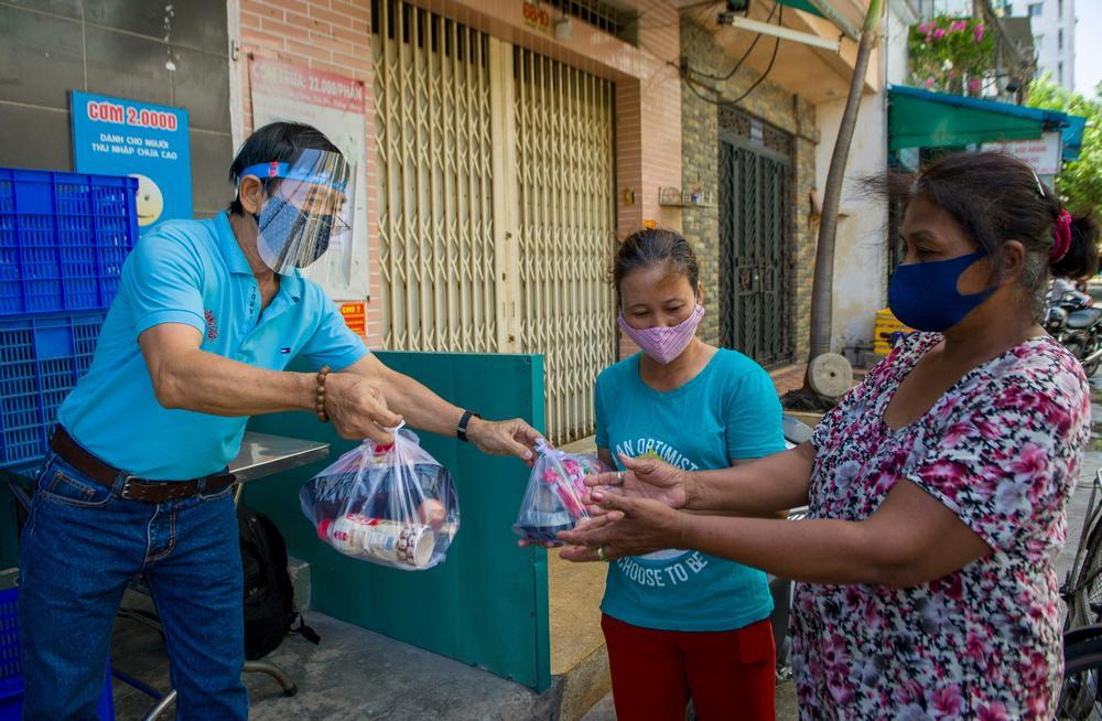 Một nhóm từ thiện ở TP.HCM phát 250 phần cơm mỗi ngày cho người nghèo.