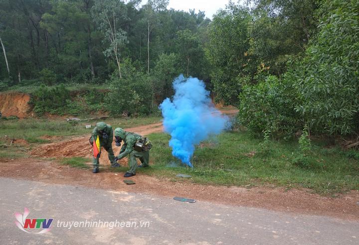 Đơn vị luyện tập các phát hiện và xử lý khí chất độc trên thực địa.