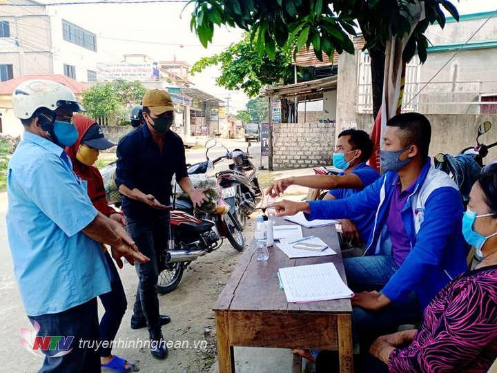 Người dân được hướng dẫn rửa tay sát khuẩn và khai báo y tế.