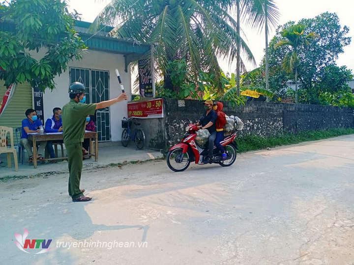 Lực lượng chức năng xã Quỳnh Giang, huyện Quỳnh Lưu kiểm soát người và phương tiện ra vào địa bàn.