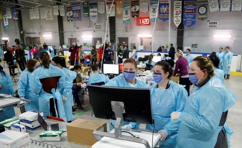 Các nhân viên y tế tại Ottawa, Canada ngày 13/3/2020. Ảnh: Reuters