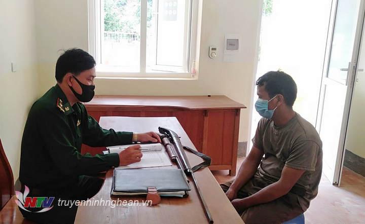 Anh Cụt Phò Lâm giao súng tại đồn Mường Ải.