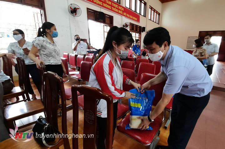 Phó Giám đốc Đài PT-TH Nghệ An Phan Văn Thắng trao quà cho các hộ nghèo bị ảnh hưởng bởi dịch Covid-19.