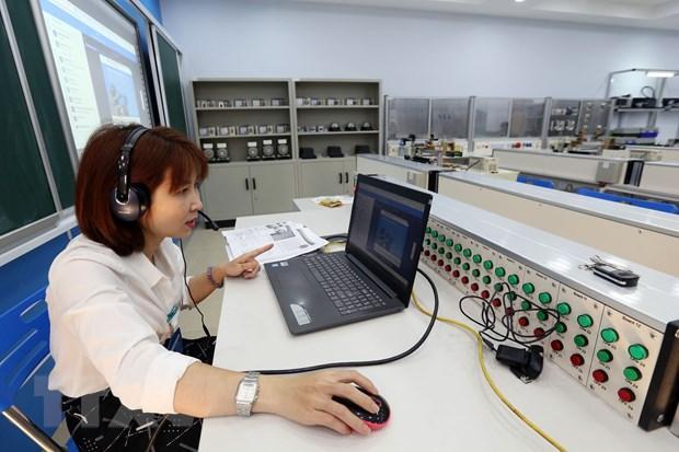 Giảng viên của Trường Cao đẳng Cơ điện Hà Nội đang giảng bài bằng Hệ thống đào tạo trực tuyến E-Learning.