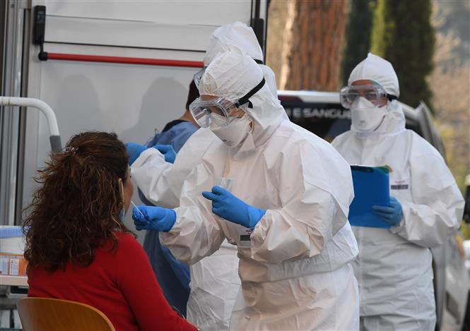 Nhân viên y tế lấy mẫu xét nghiệm COVID-19 tại Rome, Italy ngày 8/4/2020.
