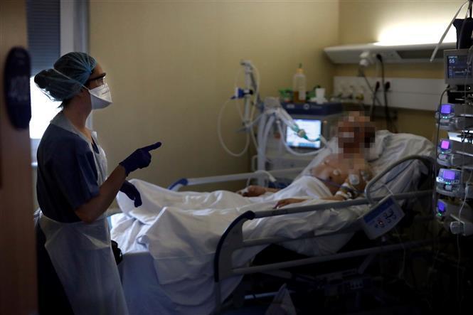 Nhân viên y tế điều trị cho bệnh nhân mắc COVID-19 tại một bệnh viện ở Paris, Pháp ngày 7/4/2020.
