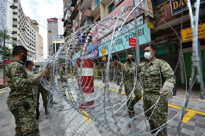 Binh sĩ Malaysia đặt rào chắn để thực hiện Mệnh lệnh Kiểm soát Di chuyển (MCO) tại Kuala Lumpur, Malaysia.