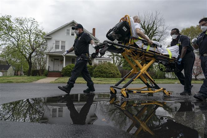 Nhân viên y tế chuyển bệnh nhân mắc COVID-19 tới bệnh viện ở Glen Burnie, Maryland, Mỹ ngày 13/4/2020.