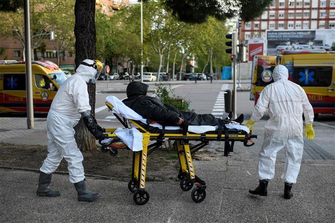 Nhân viên y tế chuyển bệnh nhân mắc COVID-19 tại Madrid, Tây Ban Nha ngày 11/4/2020.