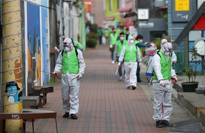 Nhân viên y tế phun khử trùng đường phố nhằm ngăn chặn sự lây lan của dịch COVID-19 tại Daegu, Hàn Quốc ngày 11/4/2020.