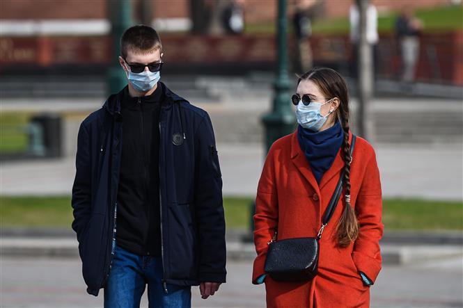 Người dân đeo khẩu trang nhằm ngăn chặn sự lây lan của dịch COVID-19 tại Moskva, Nga.