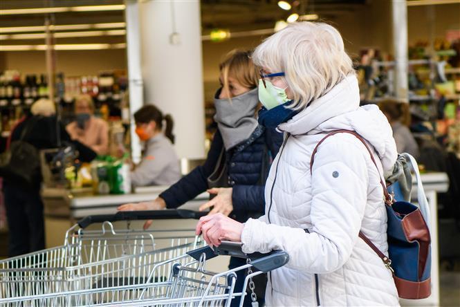 Người dân đeo khẩu trang nhằm ngăn chặn sự lây lan của dịch COVID-19 tại Jena, Đức ngày 6/4/2020.