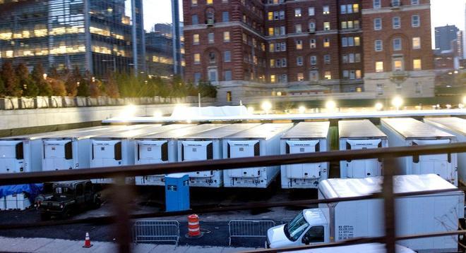 Xe đông lạnh chứa thi thể người chết ở New York. Ảnh: NBC.