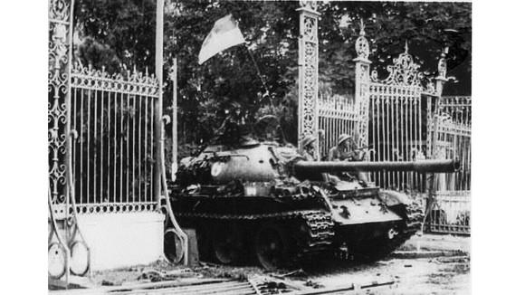 Quân giải phóng tiến vào Dinh Độc lập trưa ngày 30/4/1975. (Ảnh tư liệu)