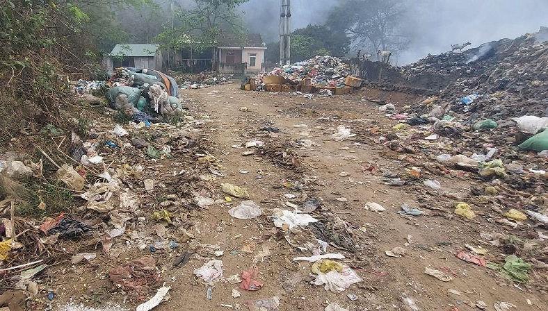 Bãi rác nằm ở khối 1, thị trấn Quỳ Hợp, cách QL 48C chỉ khoảng 50m