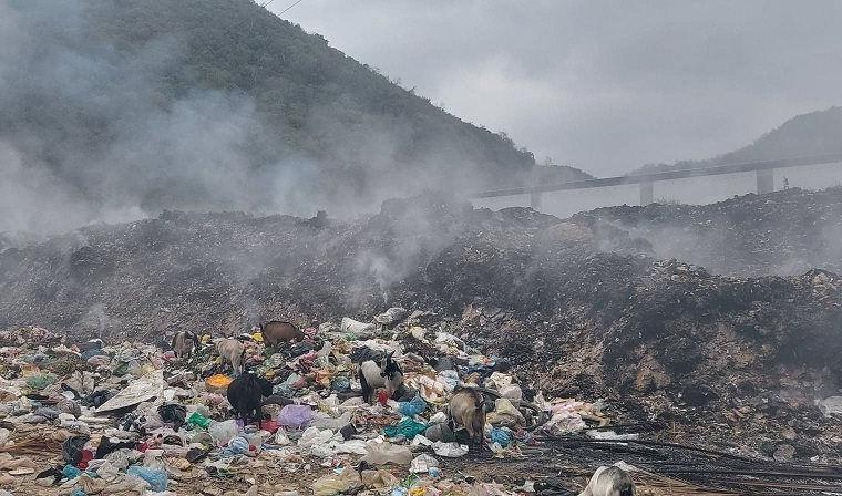 Bãi rác thị trấn Quỳ Hợp cháy kéo dài cả tuần nay