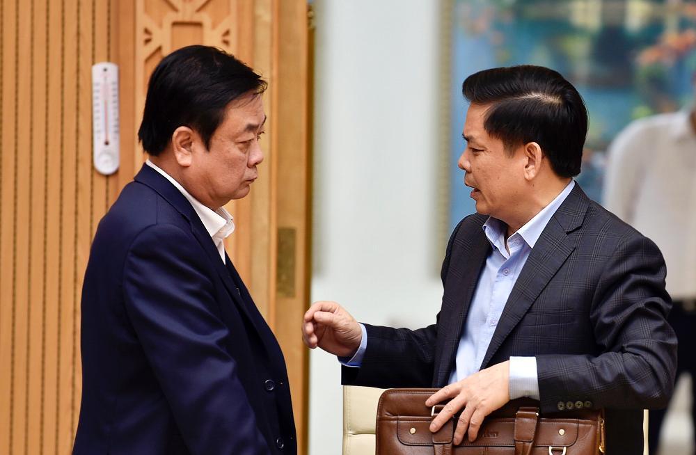 Bộ trưởng Nông nghiệp và Phát triển Nông thôn Lê Minh Hoan và Bộ trưởng Giao thông Vận tải Nguyễn Văn Thể trao đổi tại phiên họp Chính phủ, ngày 15/4.