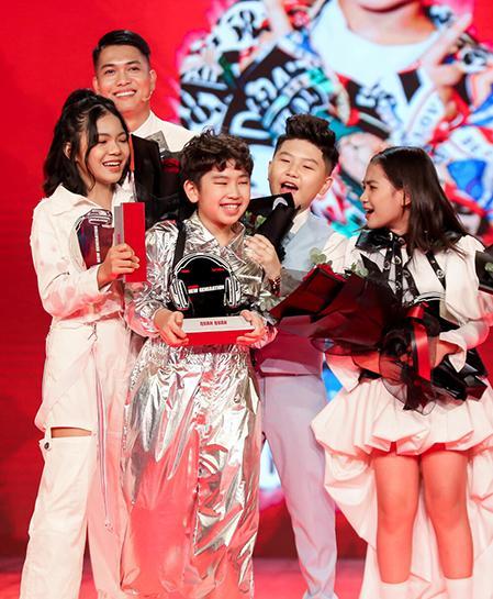 Từ trái sang, hàng dưới: Thùy Trang, Đăng Bách, Song Tùng, Hà Anh trong đêm ghi hình chung kết. Ảnh:CTS.